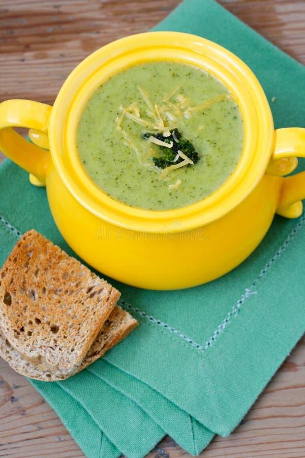 Brokkolisuppe mit Cheddarkäse lizenzfreies stockbild