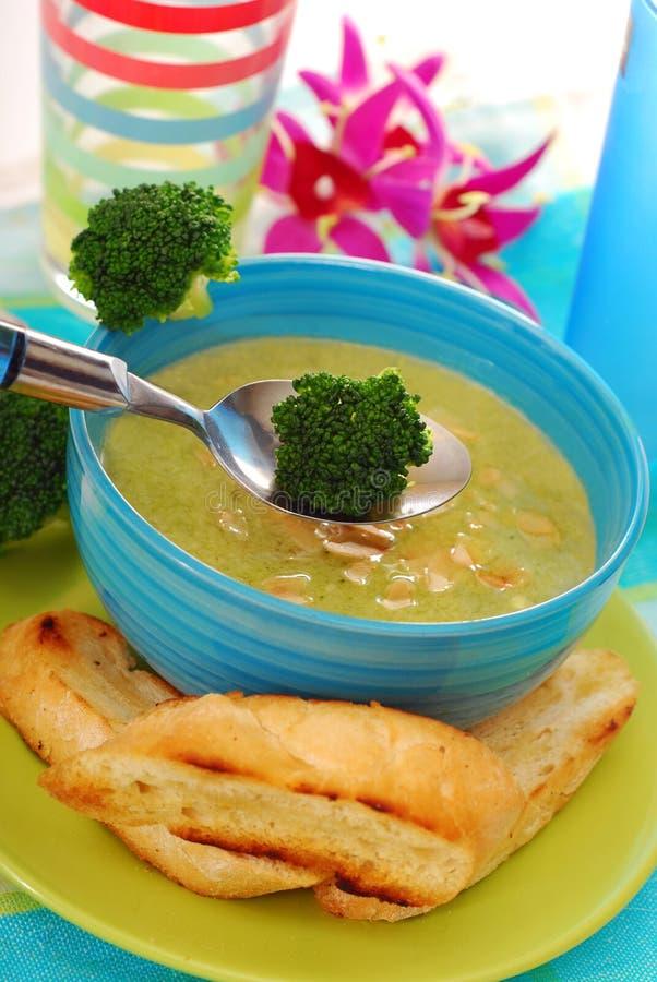 Brokkolisuppe mit Mandeln stockfoto