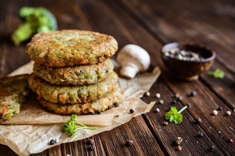 Brokułów hamburgery z pieczarkami zdjęcia royalty free