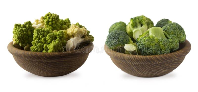 Brokuły i Romański kalafior w drewnianym pucharze odizolowywającym na białym tle Kalafioru Zamknięty Up zdjęcie royalty free