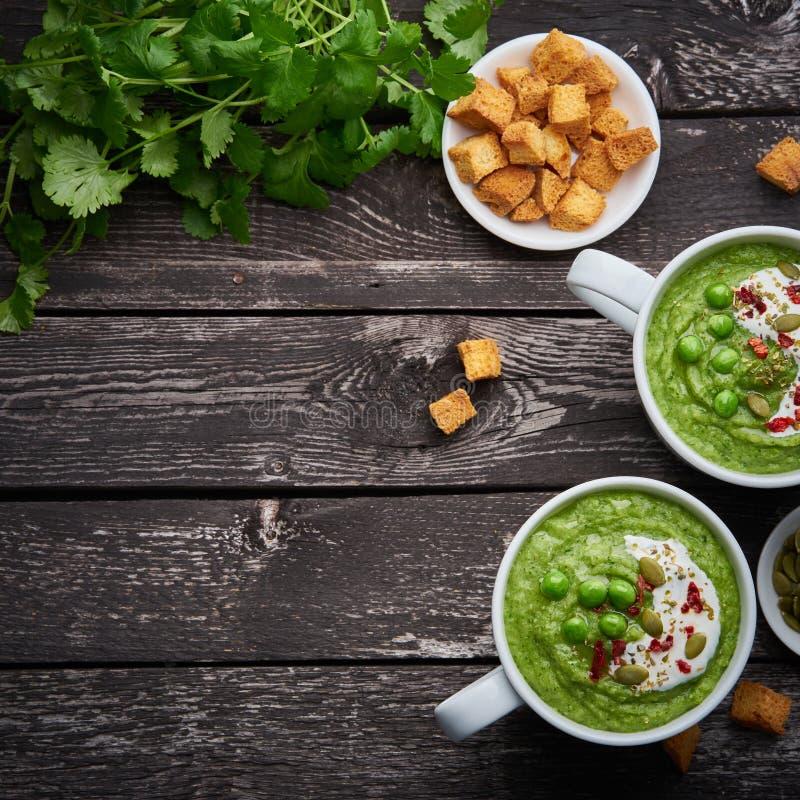 Brokuły kremowa polewka, warzywa zielony puree w dwa wielkich białych filiżankach Dieta weganinu polewka brokuły, zucchini, ziele zdjęcie stock