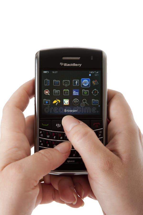 Brombeere smartphone Benutzerhände lizenzfreie stockbilder