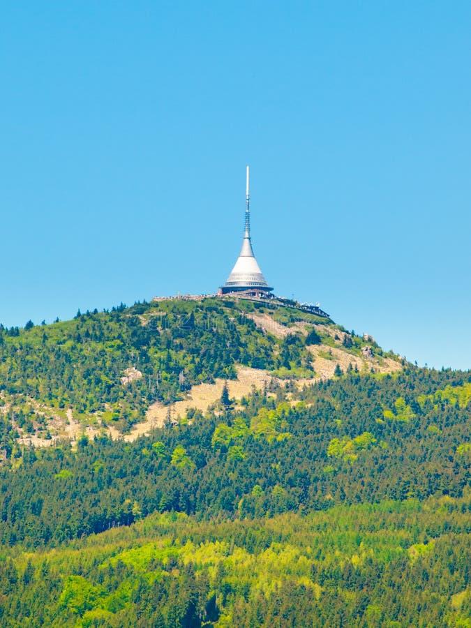 Bromeado - edificio arquitectónico único Hotel y transmisor de la TV en el top de la montaña Jested, Liberec, República Checa fotografía de archivo