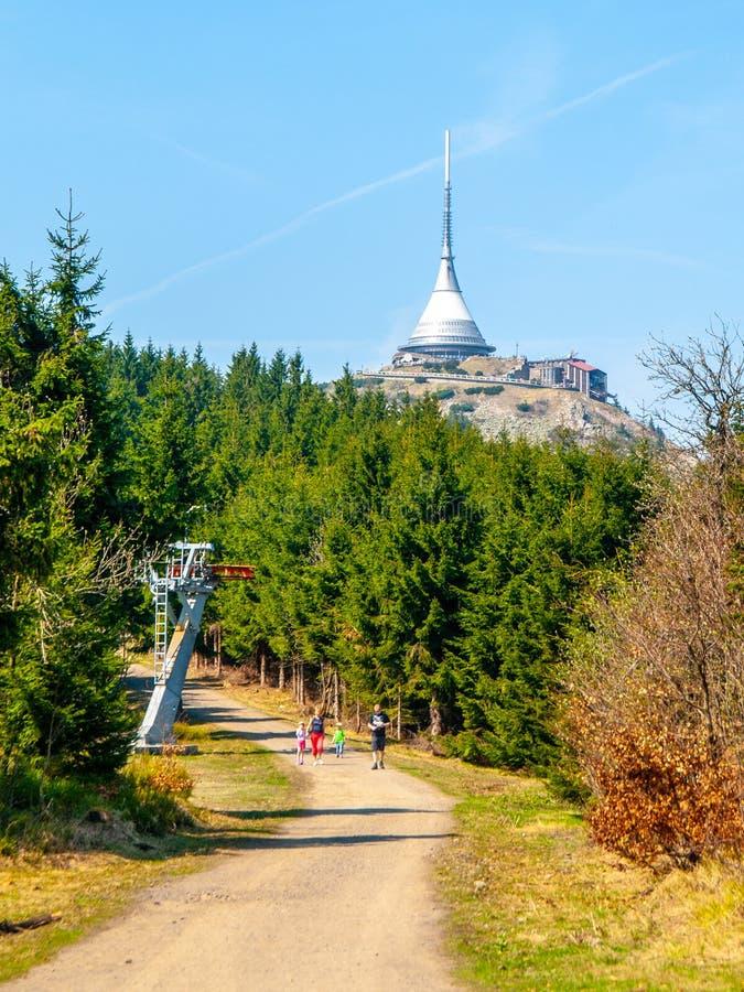 Bromeado - edificio arquitectónico único Hotel y transmisor de la TV en el top de la montaña Jested, Liberec, República Checa imágenes de archivo libres de regalías