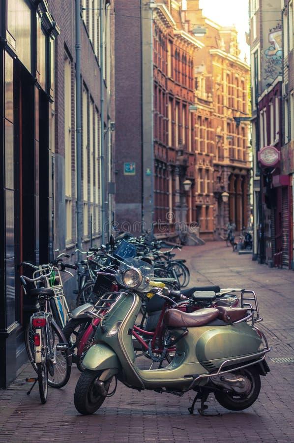 Bromfiets op een straat wordt geparkeerd die royalty-vrije stock foto