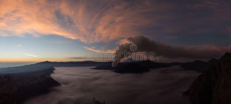 Bromo在日出, Java,印度尼西亚的火山爆发 免版税库存照片
