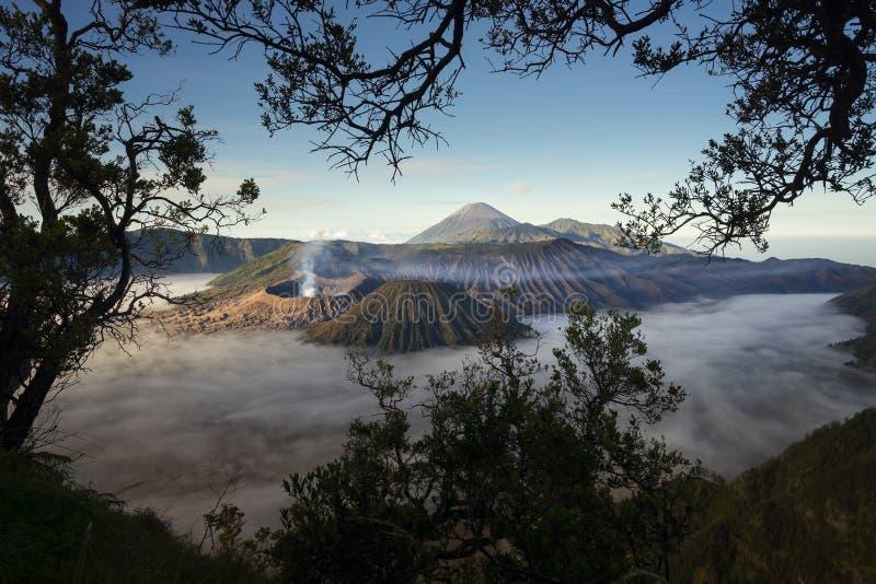 Bromo火山山风景在与薄雾,东部Ja的一个早晨 库存图片