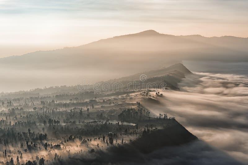 Bromo破火山口的边缘到雾里 免版税图库摄影