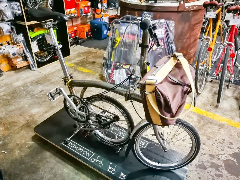 Brompton自行车是折叠的自行车英国制造商在银色颜色,在自行车零售店的显示的 免版税库存图片