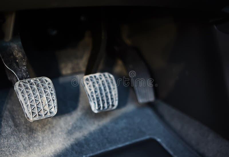 Broms- och gaspedalpedal av bilen arkivbild