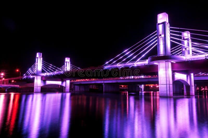 Bron över Brazos River som var upplyst vid LED i Waco, Texas/ljus, målade bron arkivfoton