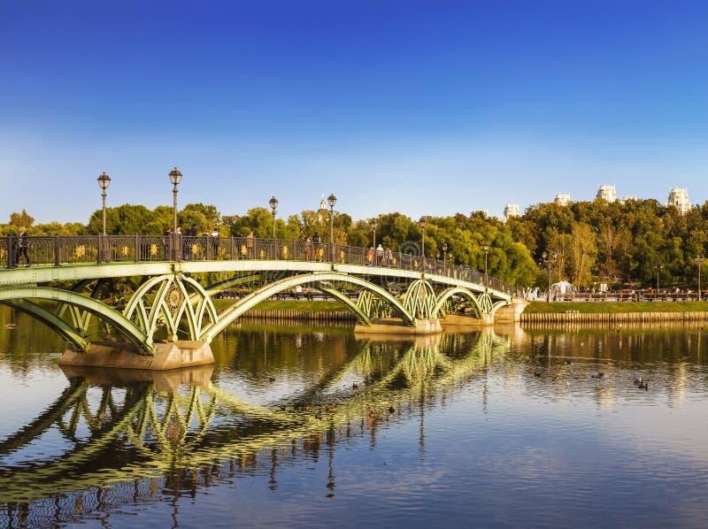 Bron över dammet i landskapet parkerar av den Tsaritsyno Museum-reserven, Moskva royaltyfria foton