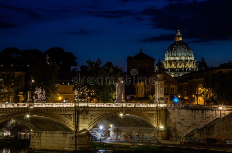 Bron över den Tiber floden och Vaticanenkupolen på solnedgången i aftonen i en sommardag i Rome, Italien arkivbild