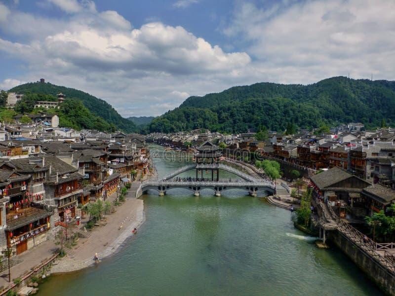 Bron över floden i den mest härliga forntida staden i Kina - Fenghuang royaltyfri bild