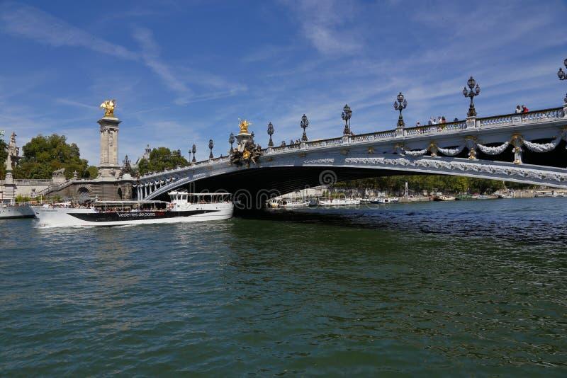 Bron över floden Seine - den Alexandre III bron i Paris, Frankrike - och turnerar fartyget, Augusti 1, 2015 royaltyfri bild