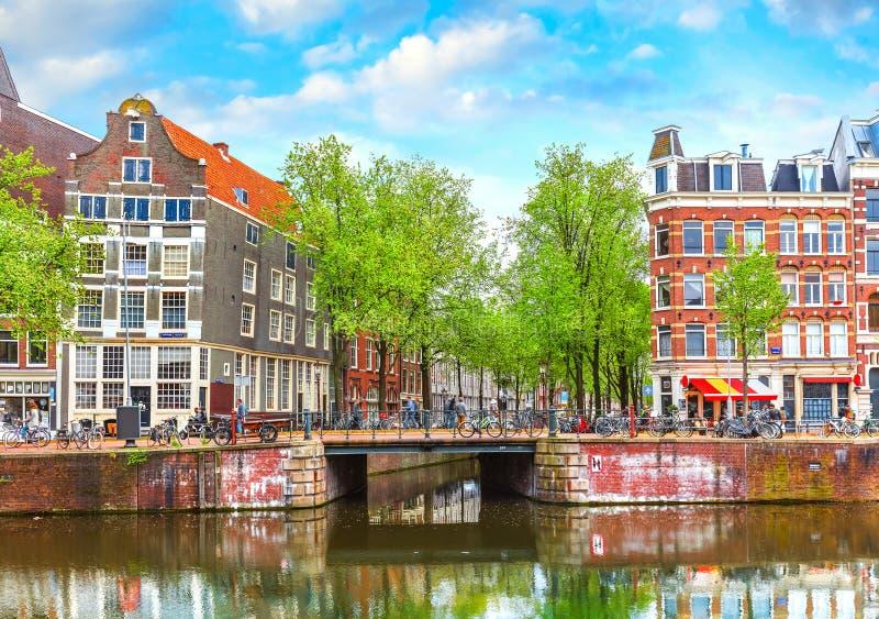 Bron över kanalen i Amsterdam Nederländerna inhyser floden Amstel fotografering för bildbyråer