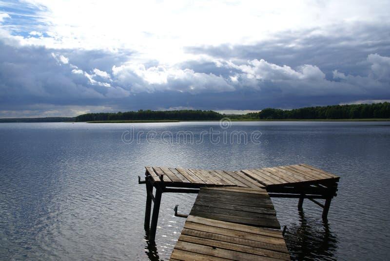 Bron över sjön Radodzierz i nordliga Polen arkivbild