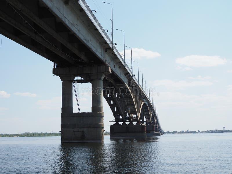 Bron över Volga-floden i staden Saratov Bilbron återspeglas i floden royaltyfria bilder