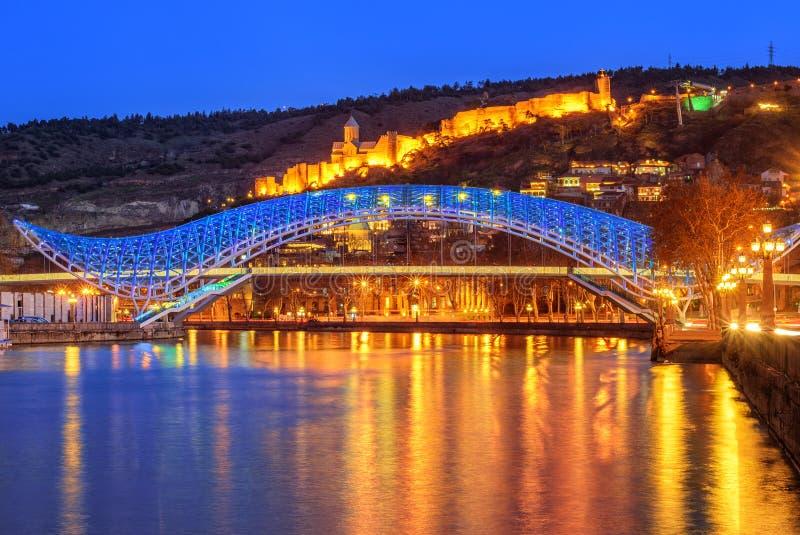Bron av fred och den Narikala fästningen, Tbilisi, Georgia royaltyfria foton