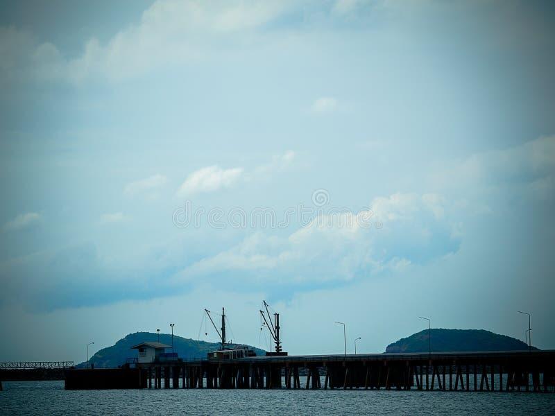 Bron fördjupa in i havet royaltyfri bild