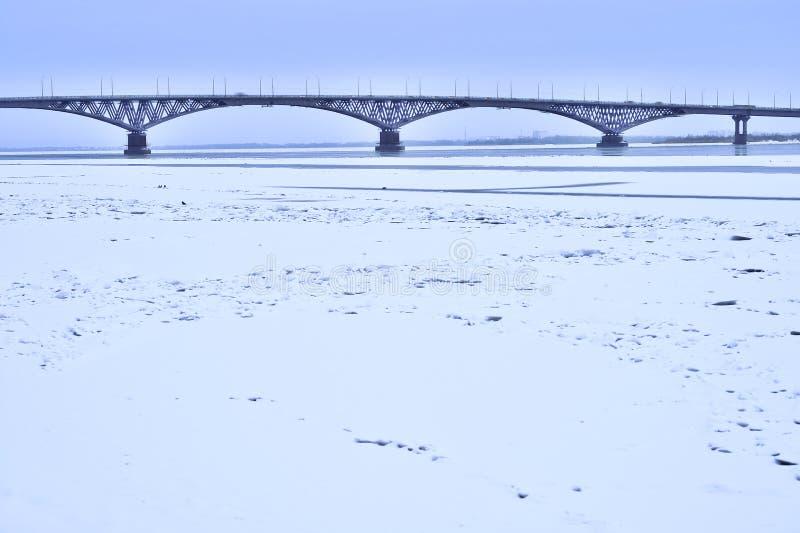 Bron i aftonen mellan städerna av Saratov och Engels, Ryssland fotografering för bildbyråer