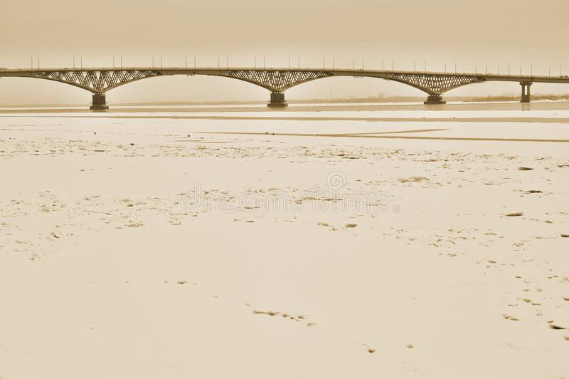 Bron i aftonen mellan städerna av Saratov och Engels, Ryssland toning royaltyfri foto
