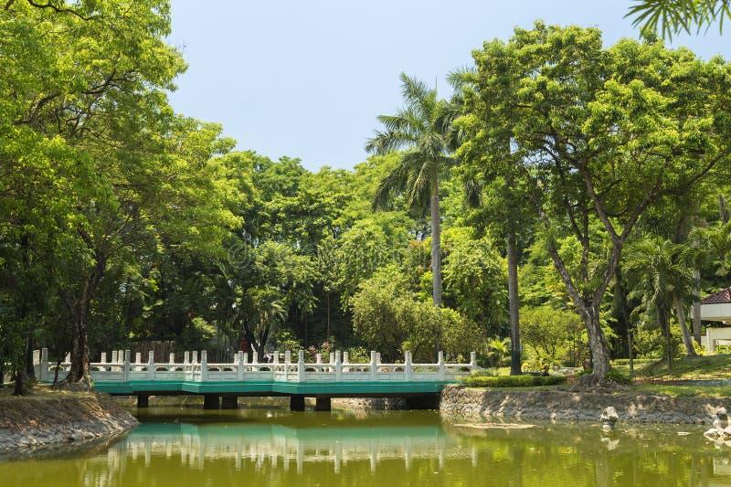 Bron i kinesisk trädgård i Rizal parkerar, Manila, Filippinerna royaltyfri fotografi