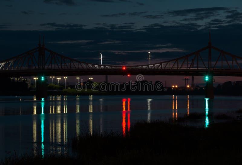 Bron i natten royaltyfri foto