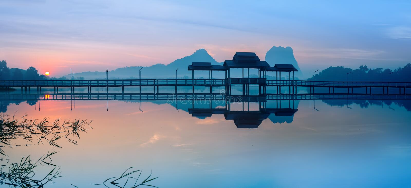 Bron och paviljongen på sjön på soluppgång parkerar Hpa-An Myanmar royaltyfria bilder