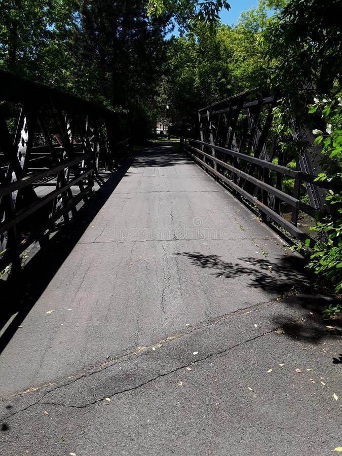 Bron på Creekwalk på en sommareftermiddag arkivbild