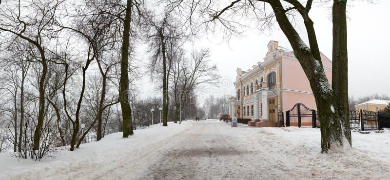 Bron som leder till Peter och Paul Cathedral, och kapell-gravvalvet av Paskevich i stad parkerar i Gomel, Vitryssland Vinter arkivbild