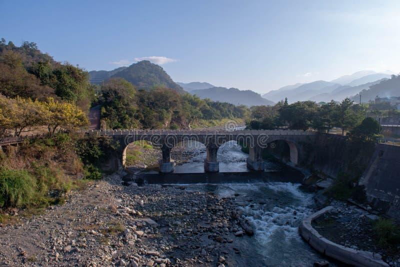Bron, som sammanfogade de limaktiga risen, förstördes inte fotografering för bildbyråer