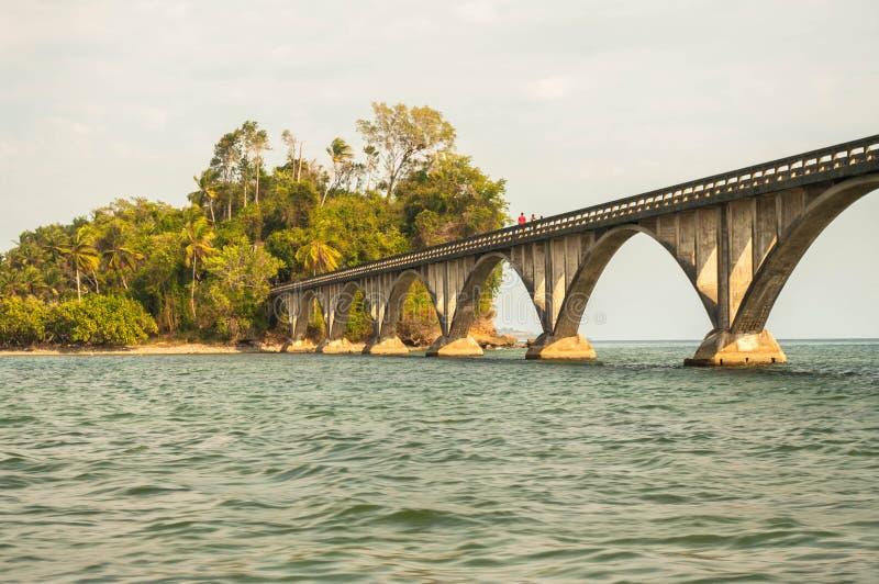 Bron till den ingenstansSamana fjärden royaltyfria bilder