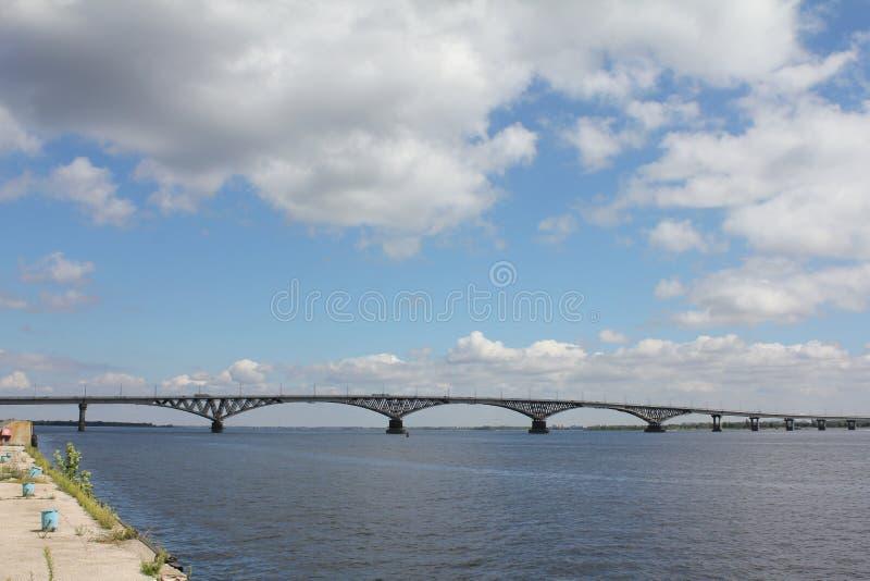 Bron till och med Volga royaltyfria bilder