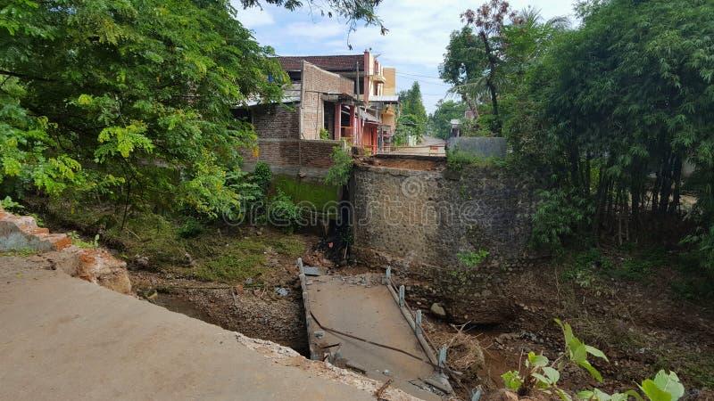 Bron var skadlig tack vare störtfloder royaltyfri fotografi