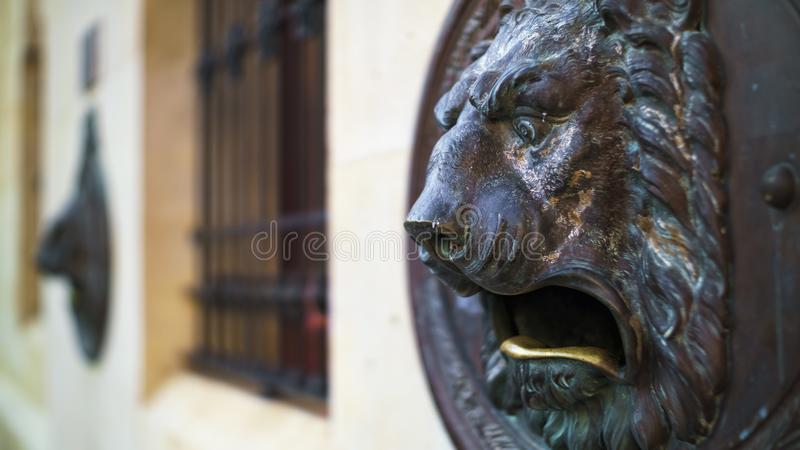Bronce Lion Mailbox Cadiz Spain imagem de stock