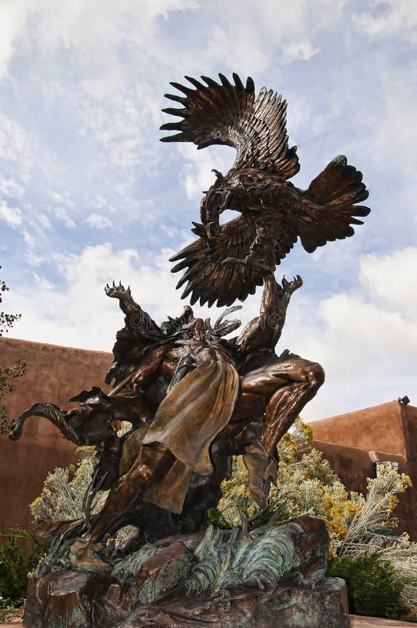 Bronces en la ciudad creativa de Santa Fe In New Mexico con su multitud de galerías y de esculturas y de edificios del adobe foto de archivo libre de regalías