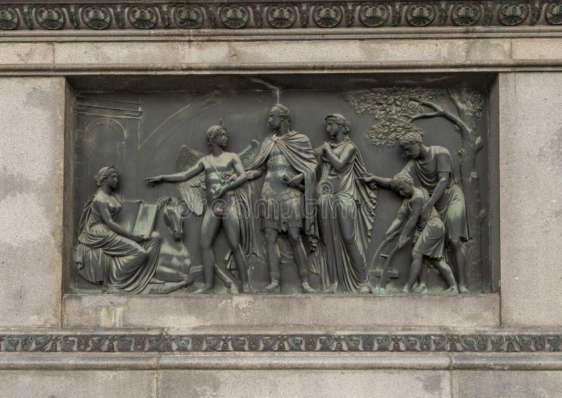 Brons basrelief som föreställer den åkerbruka rid- statyn av kejsaren Joseph II, Josefsplatz, Wien, Österrike arkivfoto