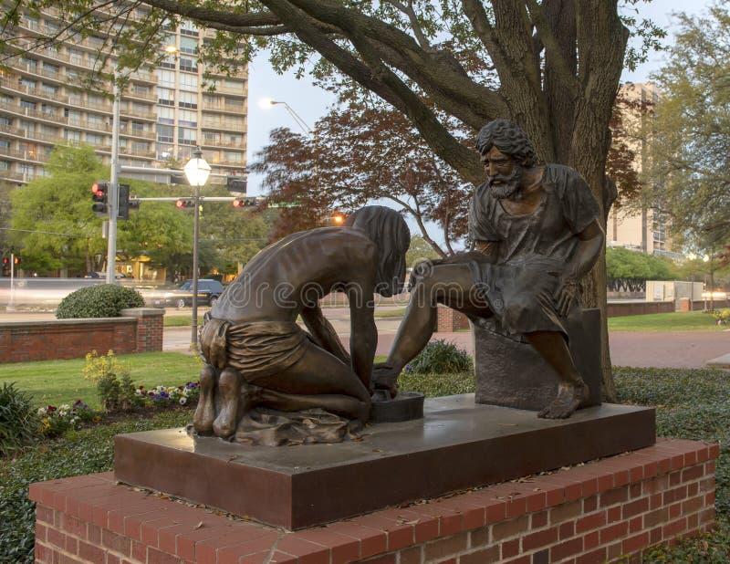 'Brons den gudomliga tjänaren 'statyn framme av Park städer Baptist Church, Dallas, Texas arkivfoto