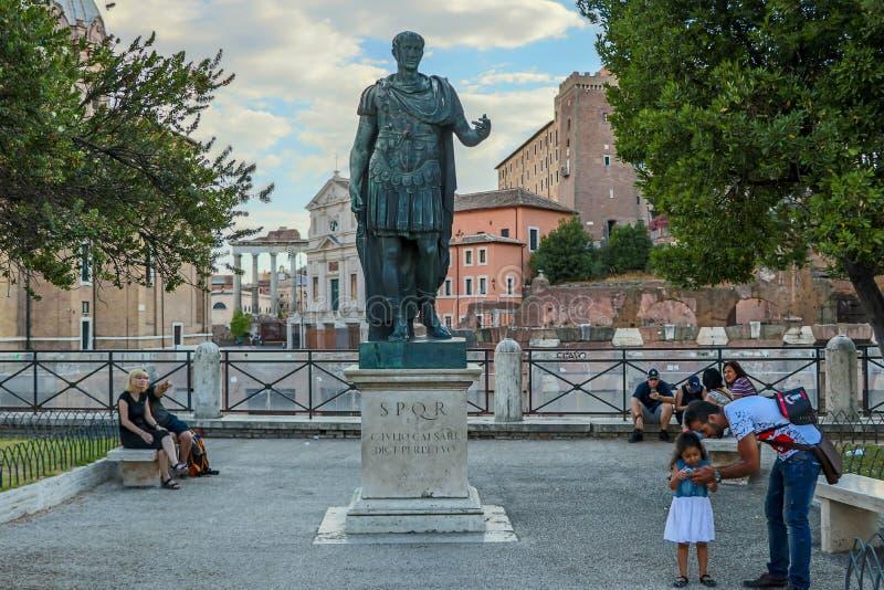 Brons den monumentala statyn av Caesaren i Rome royaltyfri fotografi