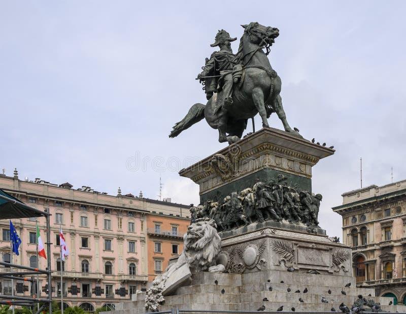 Brons den rid- statyn av Vittorio Emmanuele II på mitten av piazza del Duomo i Milan Italy arkivfoto