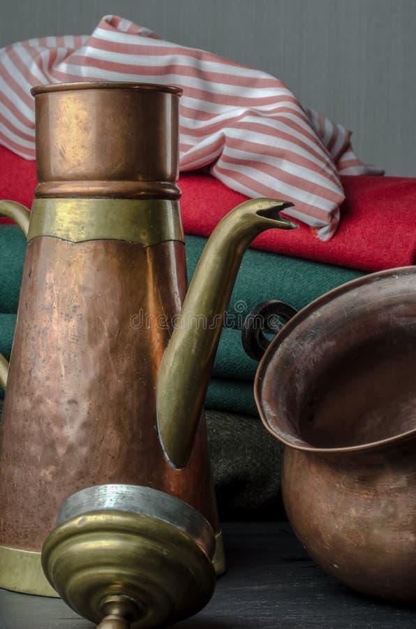 Brons en kopertheevee en pot royalty-vrije stock foto's