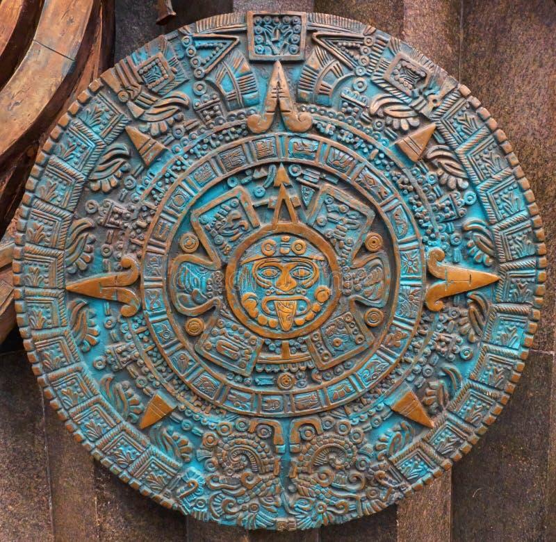 Brons forntida antik klassisk Aztec bakgrund för designen för garnering för modellen för kalenderrundaprydnaden Fracta för Azteca royaltyfri bild