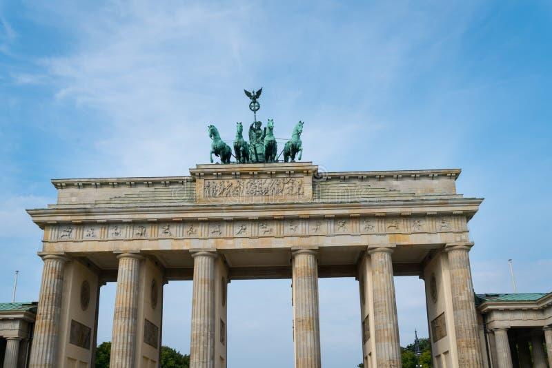 Brons hourses för staty som fyra överst drar triumfvagnen av Brandenen arkivfoto