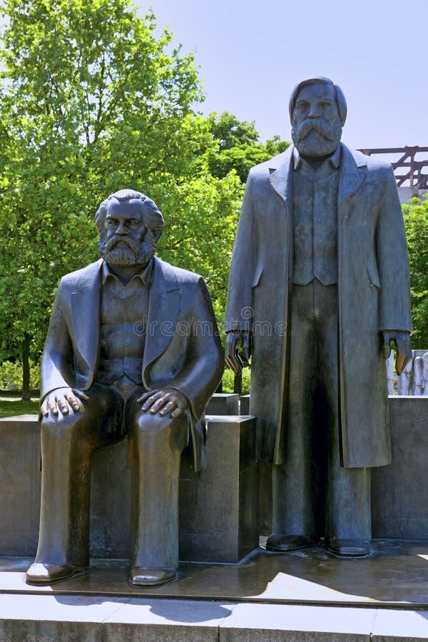 Brons statyer av Karl Marx och Friedrich Engels, Berlin, Tyskland royaltyfria foton