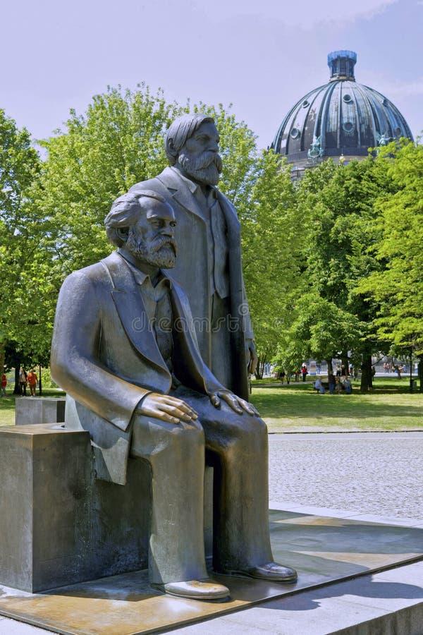 Brons statyer av Karl Marx och Friedrich Engels, Berlin, Tyskland arkivfoton
