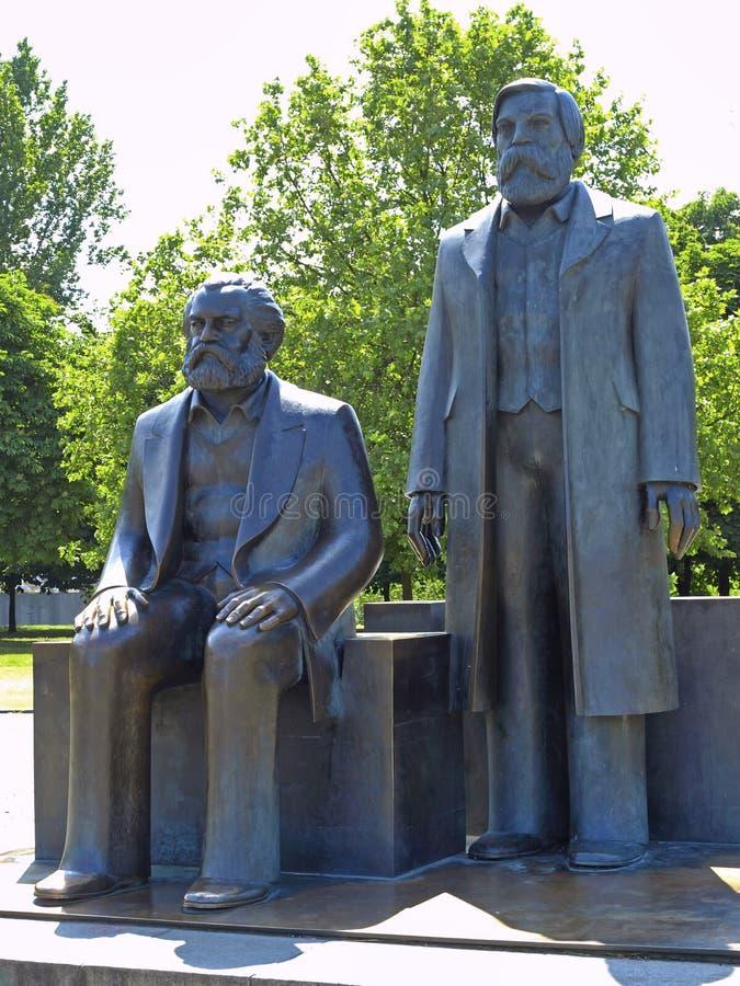 Brons statyer av Karl Marx och Friedrich Engels, Berlin, Tyskland arkivbild