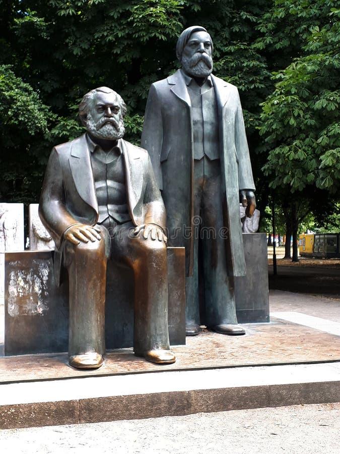 Brons statyer i parkerar av Karl Marx och Friedrick Engles fotografering för bildbyråer