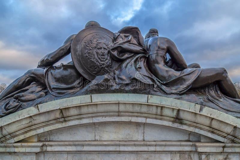 Brons statyer runt om drottningen Victoria Memorial, London arkivfoto
