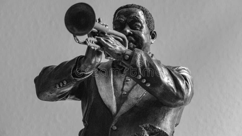 Brons statyettsvarta mannen som spelar trumpeten royaltyfria foton